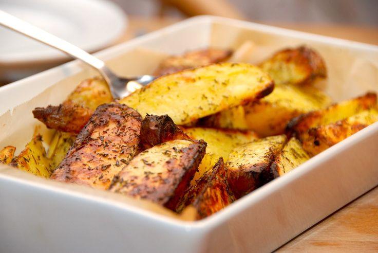 Ovnstegte kartofler er super lækre, og her er fire dejlige opskrifter med kartofler i ovn. Ovnkartoflerne er perfekt tilbehør til kød. Hvis du er glad for ovnkartofler, ja så er fire gode bud på op…