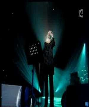 Annie lennox - Hallelujah...only the greatest singers dare to sing a so much covered number....she can.! Annie Lennox