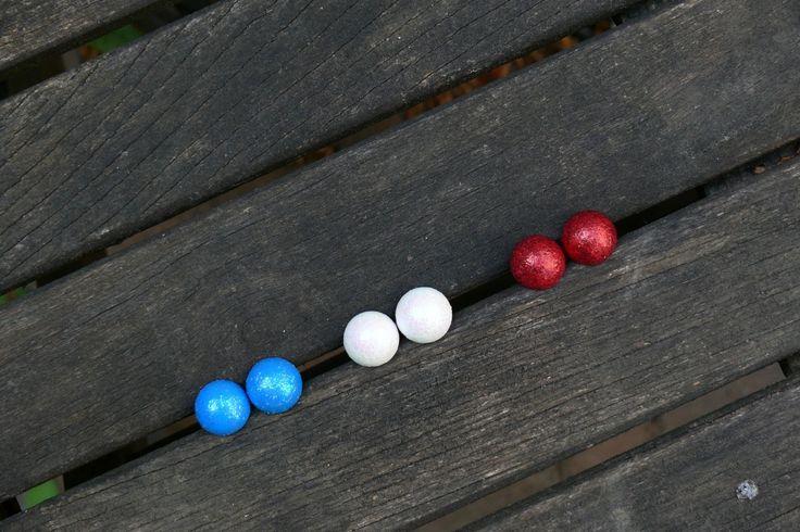 Pecky+do+uší+třpytivé+Náušnice+jsou+vyrobeny+ze+dřeva,+jsou+ručně+malované+akrylovou+barvou+a+glitrovým+lepidlem.+Průměr+15+mm.+Na+zadní+straně+puzetka,+součástí+jsou+gumové+zarážky.+Cena+za+1+pár.