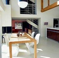 Point d'ancrage entre la partie existante et l'aile Est consacrée à l'espace cuisine-salle à manger, l'escalier en colimaçon sur mesure (Escaliers Décors - www.ed-ei.fr) s'expose et s'impose comme un élément de décoration à part entière. Photos Vincent Grémillet.