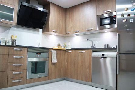 Dise o de cocina con madera efecto sierra en vallecas madrid linea3cocinas cocinas en - Zocalos de aluminio para cocinas ...