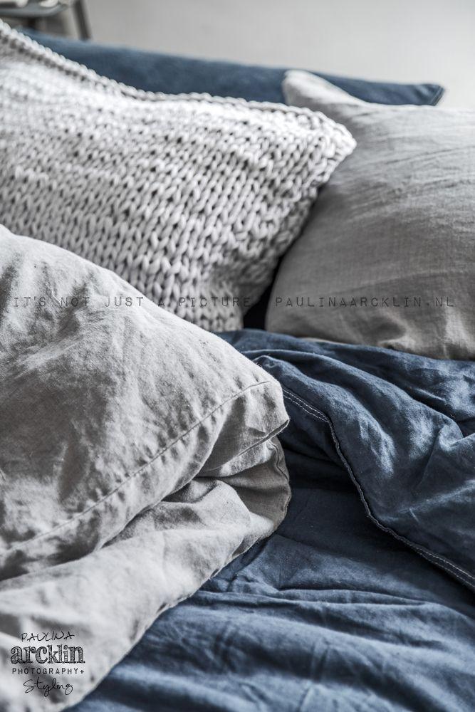 Verschillende texturen en kleuren! © Paulina Arcklin | photoshoot for UNO IMAGE // Bedroom - blue / denim duvet - texture - pillows - grey - THIS.
