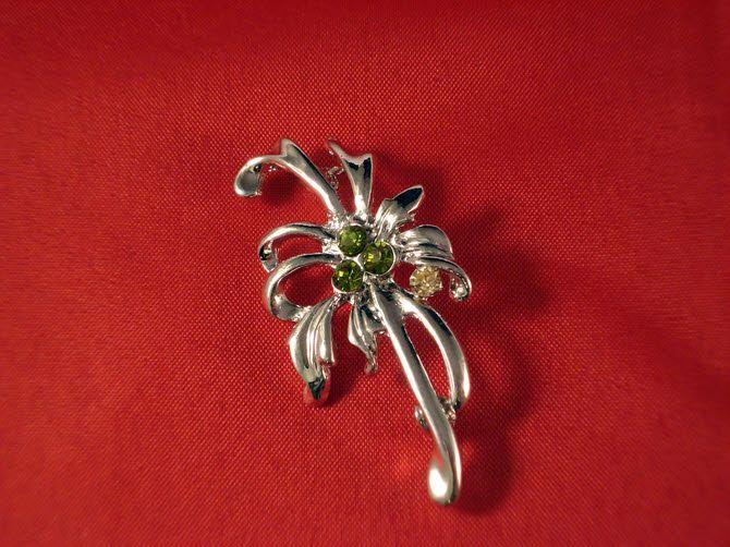 Καρφίτσα με λουλούδι και πράσινες πέτρες για μπομπονιέρα γάμου