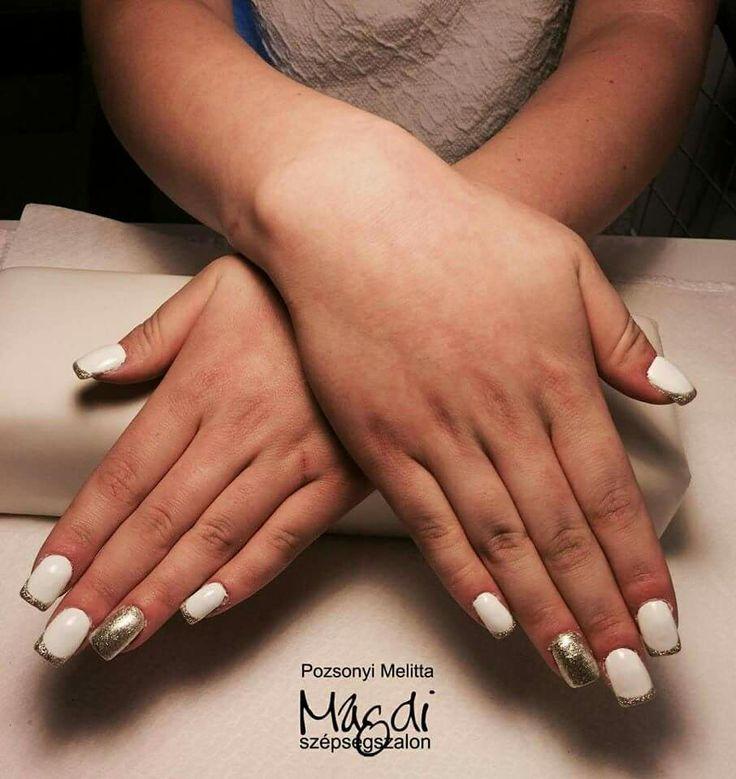 Fehéren aranyos  Hogy tetszik ez a köröm?   #nails #műköröm  www.magdiszepsegszalon.hu/kezeslabapolas