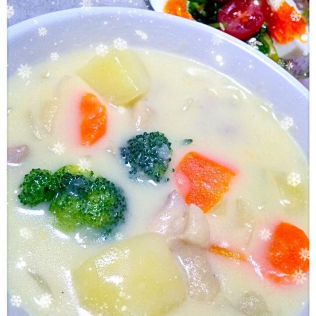 いつもカレーになっちゃうので、久し振りのクリームシチュー。 隠し味に和な白だしを。(๑ت๑) - 22件のもぐもぐ - 今日の夕飯♪クリームシチュー、サラダほうれん草のサラダ by syoko622