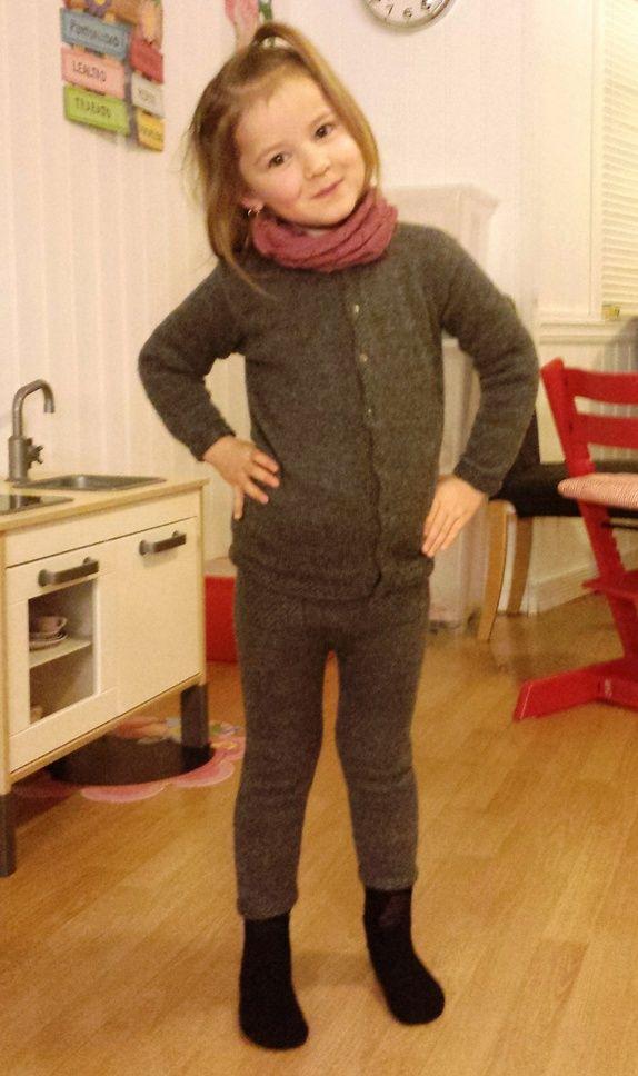 Cardigan laget av 100% babyalpakka (du kan få tights i tillegg for bare 59 kroner)
