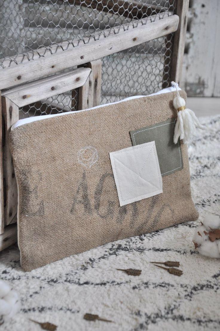 Grande pochette est réalisée à partir d'un ancien sac en toile de jute imprimée et d'empiècements de lin et de toile militaire kaki pour le...