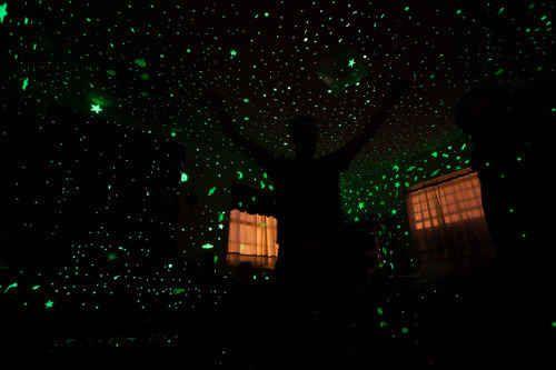 Zähle im Dunkeln leuchtende Sterne an der Decke.