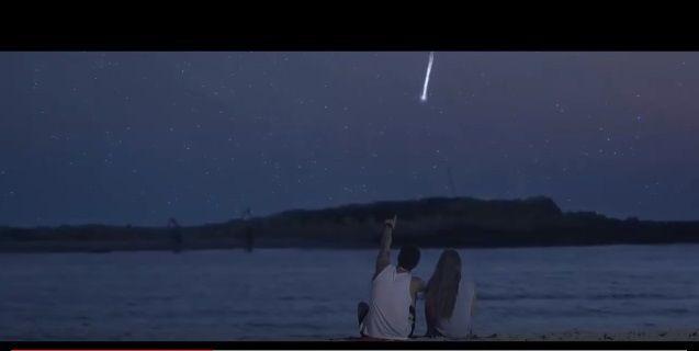 ふたを開けると夜空に流れ星が!コカ・コーラが仕掛けた最高にロマンチックなサプライズ「Wish in a bottle」 | AdGang
