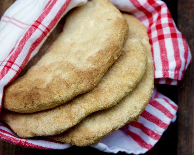 Ett perfekt bröd att servera till maten eftersom att det går snabbt att baka och inte kräver jäsning. Saftigt och smakrikt! Pitabröd med majs och durra 6 st bröd 3 dl durramjöl 3 dl majsmjöl 1,5 msk f