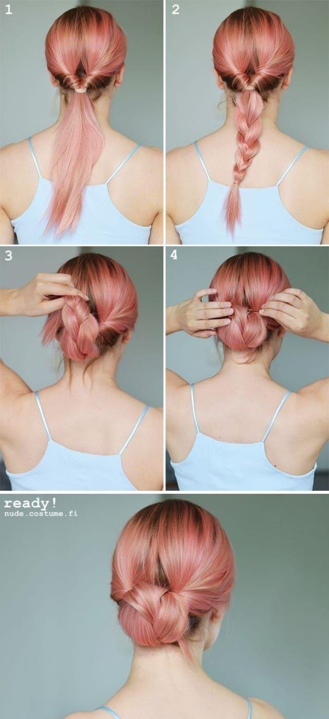 De esas veces que desearías tener el cabello rosa, pero fuera del color, este chongo te sacará de muchos apuros. De una colita volteada comienza una trenza. Enróllala hacia dentro y termina fijando con un pasador.