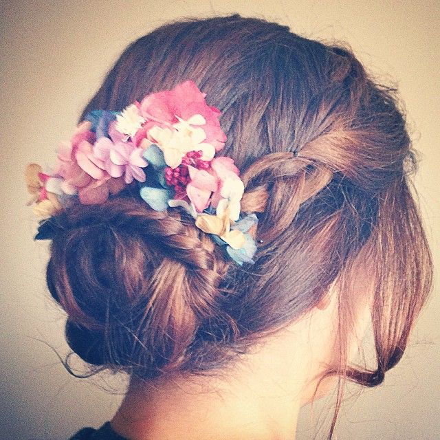 """Ayer me enamoré de este recogido con corona de @jimenarilova #wedding #boda #flowers #flores #crown #braids #trenzas #recogidos #peinado"""