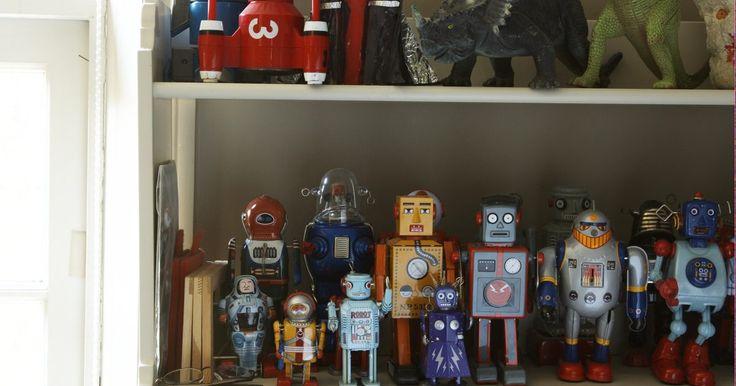 Cómo hacer un robot a control remoto con material reciclado. El futuro es ahora, y no hay nada más a la moda que ser ecologista con las manualidades. Incluso los pasatiempos y las manualidades de alta tecnología, como construir un robot, se pueden lograr con productos reciclados, un poco de creatividad y de prueba y error. Aunque la mayoría de los suministros de radio control de robótica se pueden encontrar ...