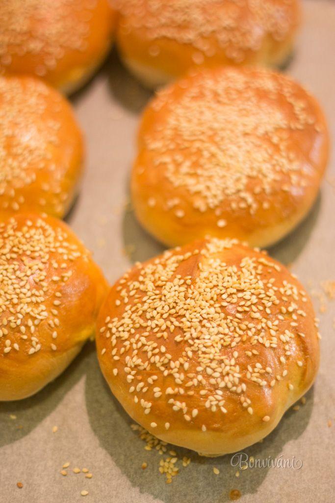 Hamburgerové žemle sú nevýraznej chuti, troška nasládle, ale mäkučké ako briošky, sypané sezamom. Cesto som pripravila v pekárničke, čiže pekárnička vymiesila za mňa a cesto som nechala v nej pol hodiny podkysnúť. Ďalšia práca nie je náročná, snažila som sa zachytiť krok za krokom a recept vám ponúkam na vyskúšanie.