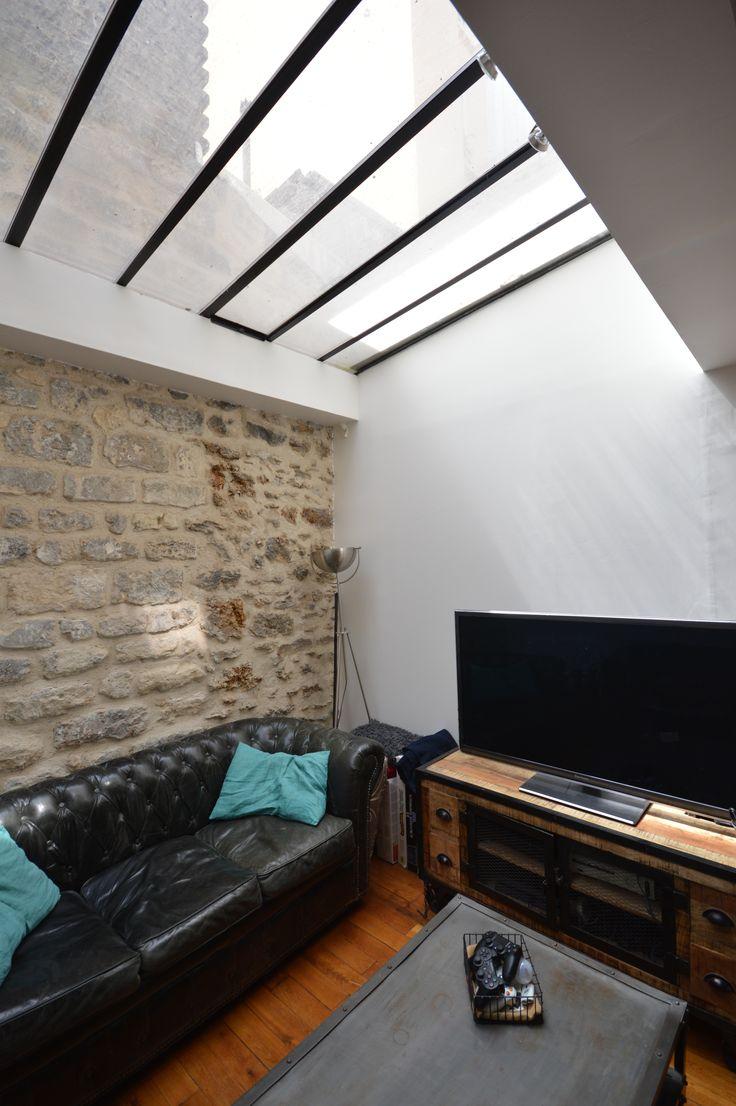 salon avec verri re au plafond am nag dans un petit loft saint ouen par la d coratrice d. Black Bedroom Furniture Sets. Home Design Ideas