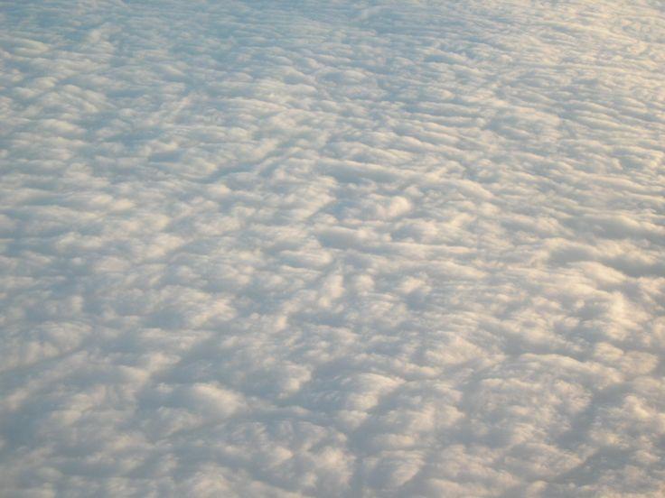 Le nubi sono ammassi di goccioline d'acqua, solide o liquide, sospese nell'atmosfera, dovute alla condensazione del vapore acqueo; se la