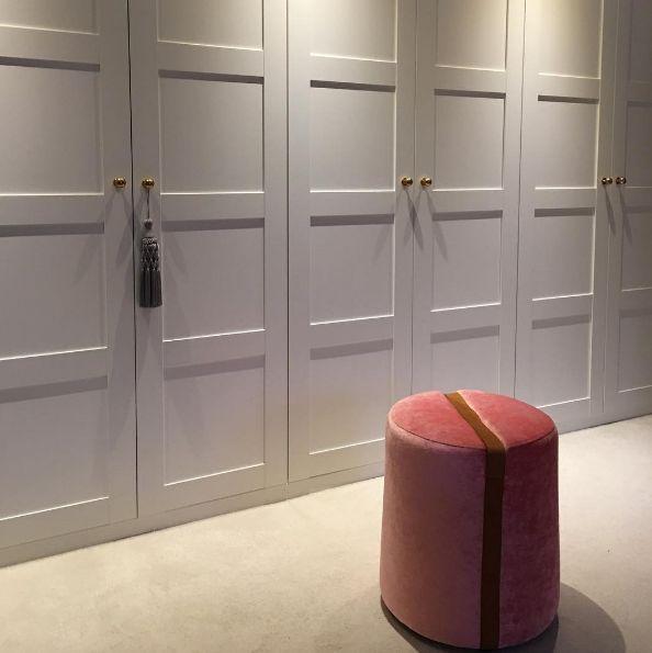Rosa Baggen sammetspall, pall, puff, sammet, rund, skinn, walk in closet, garderob, möbel, inredning, möbler, detalj.