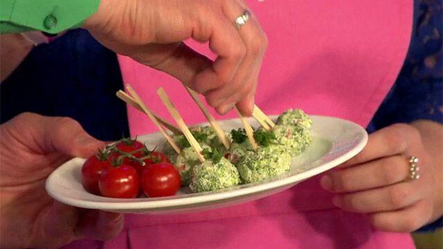 Закуска из брокколи 1. Обдайте замороженную брокколи кипятком. 2. Измельчите. 3. Добавьте сыр рикотта, немного чеснока и перца чили. 4. Заправьте бальзамическим уксусом. 5. Сформируйте шарики и подавайте на шпажках.