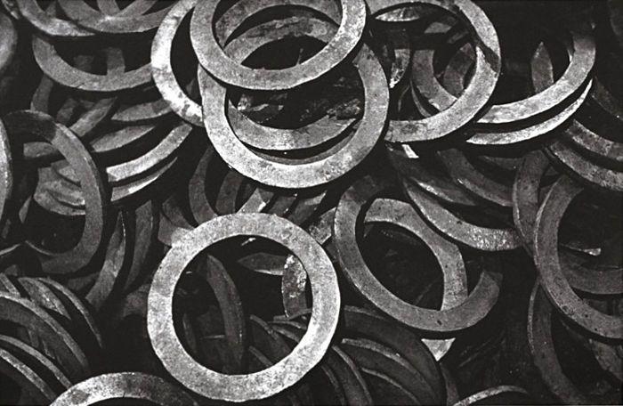 Aleksander Rodchenko (1891-1956) - 'foto Rodchenkno's ' portfolio - 1920's / 30 's  Een zeldzame 2011 portfolio met 5 grote offset afdrukken alle door Aleksander Rodchenko.Elk is gemonteerd op dik papier. Het omgekeerde is leeg.Beelden zijn:1) ringen (1929)2) getand wielen (1929)3) spel van de koningin (1929)4) glas en licht (1928)5) de trap (1930)De portefeuille is voltooid en alles is in zeer goede staat.Aleksander Michailovitsj Rodtsjenko (1891-1956) was een Russische kunstenaar…