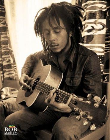 Bob Marley (Sitting) - plakat - 40x50 cm  Gdzie kupić? www.eplakaty.pl