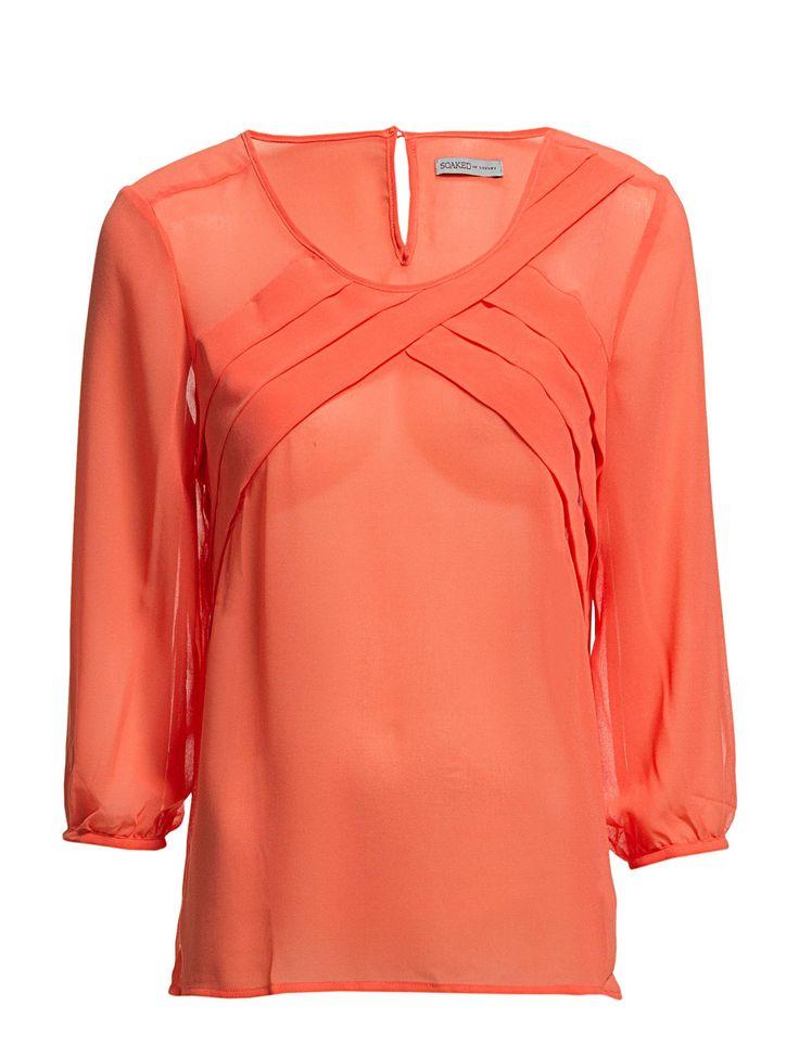 Söt blus från Soaked in Luxury som passar perfekt under en kostym eller till kjol på jobbet. Det perfekta ti...