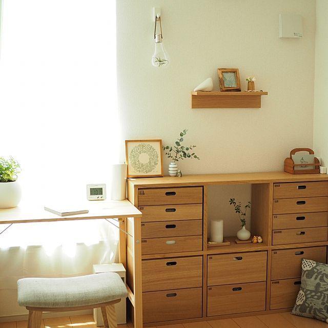 女性で、2LDKの鹿児島睦/模様替え/シンプル/ナチュラル/シンプルライフ/無印良品…などについてのインテリア実例を紹介。「2016.05.28  リビングで使用していた無印のスタッキングシェルフ。 リビング隣にある寝室の一角へ移動して横置きにしてみました。 その隣には別室で使っていた無印の折りたたみデスクを設置。 壁一面ぴったり収まりました。何か嬉しい(^m^)  旦那からもパソコンが使いやすくていいと好評なのでしばらくはこの配置でいきたいと思います☺︎」(この写真は 2016-05-28 18:15:41 に共有されました)