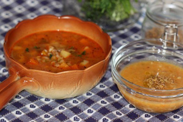 """Zeleninový guláš s krúpami - Deťom variť polievky je niekedy """"utrpenie"""". Nie pre ochotu, nie som lenivá matka. No ich chute sa tak menia, ako rastú. Mesiac za mesiacom túžia po iných ingredienciách. Keďže my sme domácnosť, kde kuchyňu len v hlavnom jedle prispôsobujeme chutiam viacerých, polievky len štruktúrou vyriešime na požiadavku 😊. Teda jedna chce mixovanú do hladka, najmladšej sa zmenili chute na hrubo mixované v priebehu dvoch dní a my s tatinom zjeme čoho je najviac 😊. Táto…"""