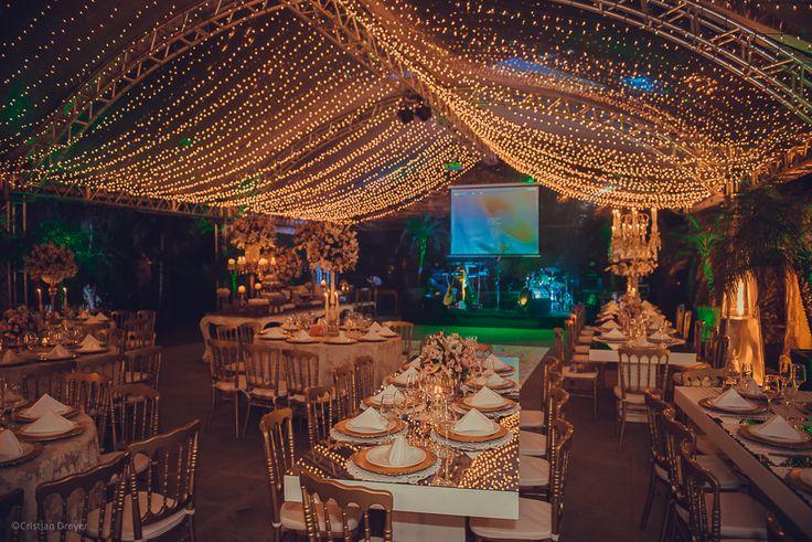 Casamento com muitas luzinhas – Marion e Luciano http://lapisdenoiva.com/casamento-marion-e-luciano/ Foto: Cristian Dreyer
