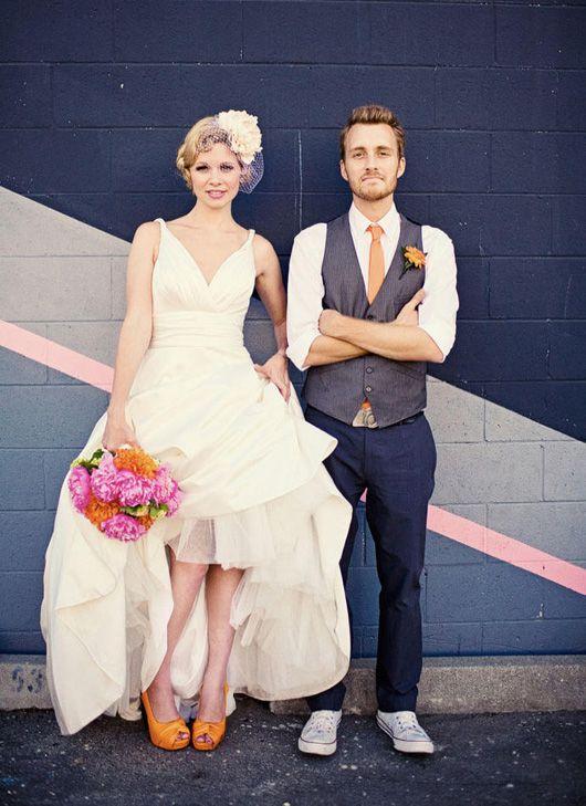 白ドレスにオレンジの靴がかわいい。前撮りっぽい