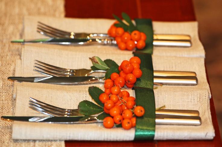 sztućce na stół w lnianych serwetach, ozdobione jerzębiną
