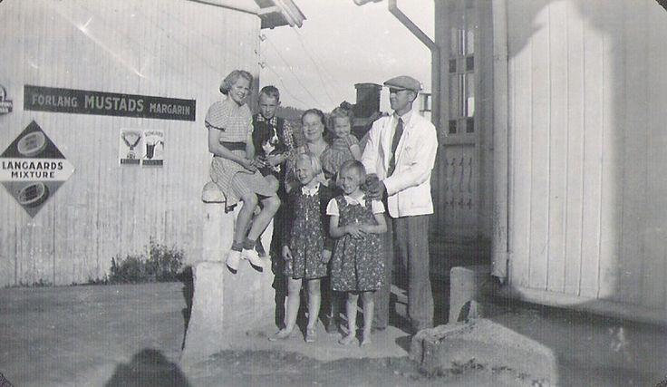 Skedsmo kommune Leirsund Kjøpmann Skøyen med familie på butikktrappa i Leirsund. Ca. 1940. foto Tordis Finstad