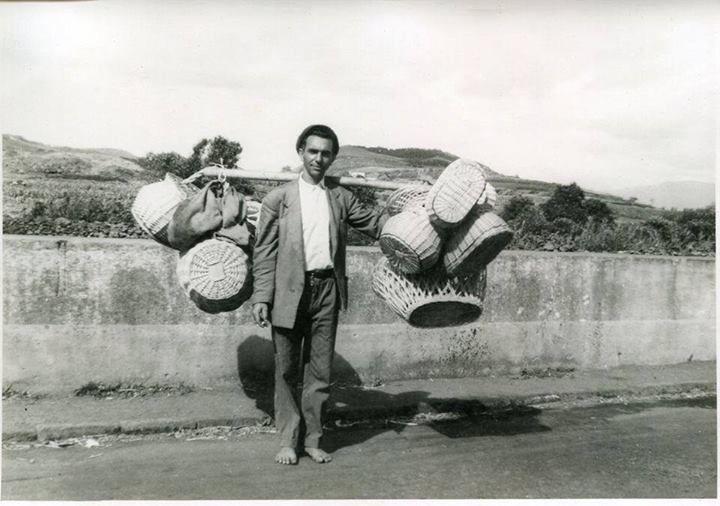 1950s, Rua da Saúde, Arrifes, Ilha de São Miguel - Vendedor ambulante de cestos nos Arrifes Fonte: Junta de Freguesia de Arrifes / https://www.facebook.com/jfarrifes (FF)