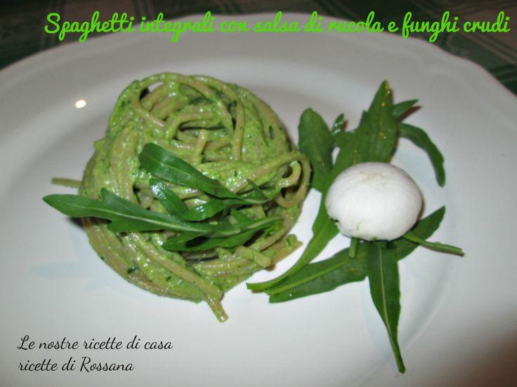 Spaghetti integrali con salsa di rucola e funghi crudi