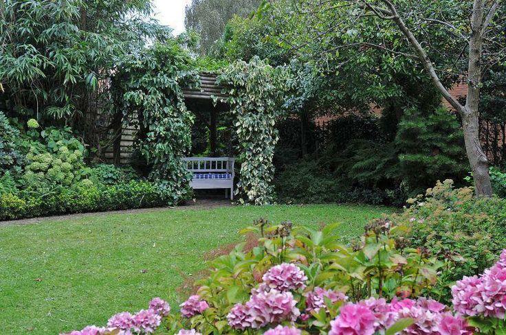 Een klein bankje midden in de tuin van C J van Houtenlaan 1 maakt het helemaal af. #garden #tuin