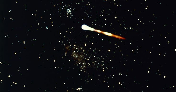 Como criar um cometa para projetos de ciências . Os cometas estão entre os mais fascinantes objetos astronômicos. Corpos pequenos e congelados que viajam pelo sistema solar em órbitas extremamente elípticas, os cometas que passam próximos à Terra oferecem uma apresentação celestial emocionante. Alguns cometas, como o Halley, são conhecidos por retornar regularmente, e os astrônomos os têm ...
