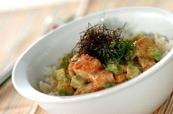 サーモンアボカド丼 |とろっとした口当たりのサーモンとアボカドをマヨネーズベースのタレで! ワサビをきかせてアクセントに。
