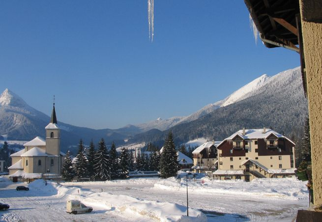 Google Image Result for http://www.capcampus.com/img/labalise/guides/hiver/2009/stpierredechartreuse1.jpg