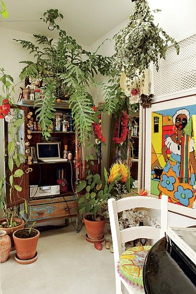 O canto da sala do diretor de arte de cinema Thiago Bastos é recheado de plantas. Elas deixam o apartamento com cara de casa de praia