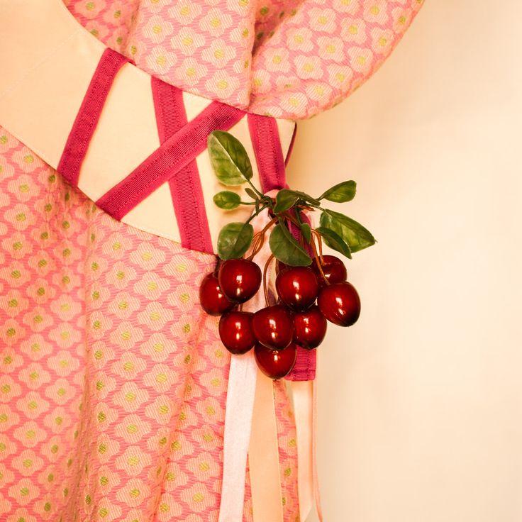 """А вот идея для тех, кто """"болеет дизайном интерьера"""" и меняет летние шторы на зимние, весенние на осенние и наоборот. Оставьте шторы в покое, украсьте подхват для штор. Декоративные вишни отлично подойдут для кухни или гостиной в стиле винтаж. Фото и стиль Лиза Эшва. Гроздь вишни декоративной FloraViola. #FloraViola #цветы #декор #лето #винтаж декор #интерьер #цветы #flowerstagram #цветение #beautiful #ботаническийсад #мск #nature #plants #шикарно  @flora_viola with"""