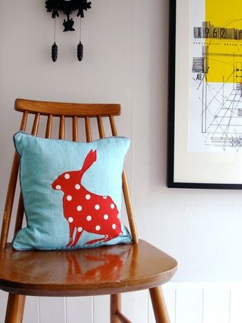 水色ベースに赤のウサギがたまらなくキュートです!ポップなデザインですが茶系の家具とも相性がいいですよ。