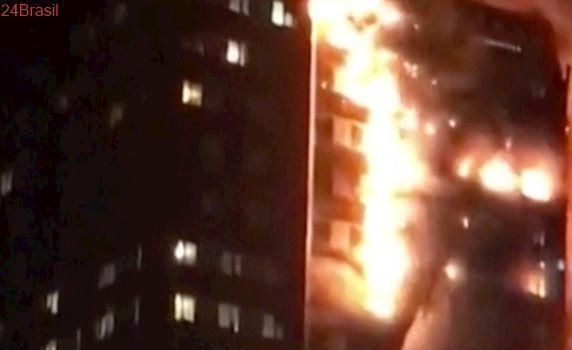 Sem informações sobre vítimas: Incêndio de grandes proporções atinge prédio em Londres