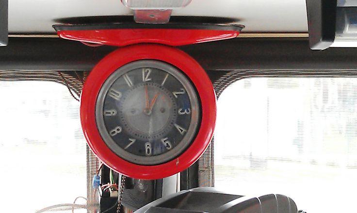 Zwiedzanie zajezdni trolejbusowej w Gdyni - zegar w wozie naprawczym
