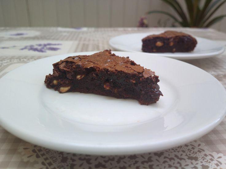La Torta brownie al caffè è una versione un po' diversa dai classici brownies a quadrotti. la Torta brownie al caffè è forse la versione più goduriosa dei brownies che abbia mai preparato.
