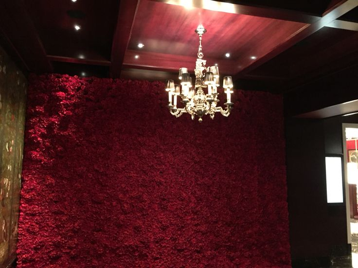 Stunning red #flowerwall at the 4seasons hotel London