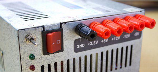 Cette technique permet de réaliser une alimentation de laboratoire à partir d'une vielle alimentation ATX d'ordinateur. Voilà qui est bien pratique pour fournir de la tension à nos montages électroniques DIY. Cela fait déjà un petit moment que je comptais …