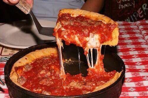 Deep dish pizza Il y a plusieurs incontournables à Chicago, comme la Willis Tower, le «Cloud Gate», Navy Pier, les musées et l'aquarium. Mais pour une expérience complète de la Ville des Vents, il faut absolument essayer... la pizza.