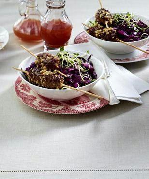 Das Rezept für Würzige Hackspieße mit Rotkohl-Salat und Chilisoße und weitere kostenlose Rezepte auf LECKER.de
