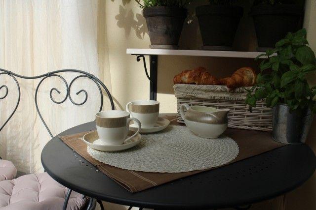 Poranek przy kawie z mlekiem i rogalikach