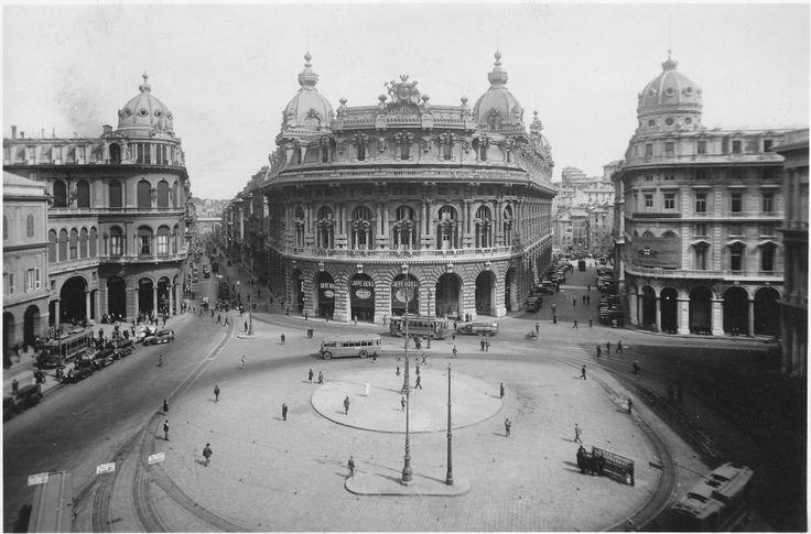 Piazza De Ferrari senza la celebre fontana in bronzo disegnata dall'architetto Giuseppe Crosa di Vergagni. Sarà installata nel 1936. (Foto:1932-1936, Studio Foto Cresta)