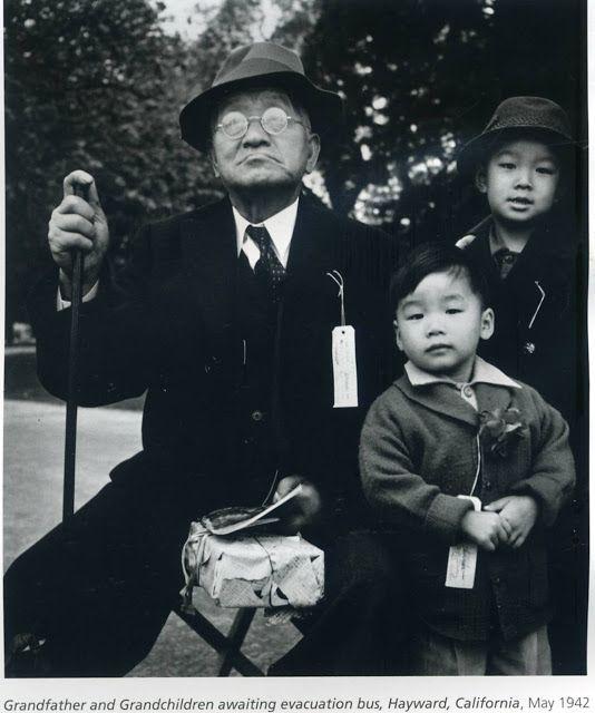 """Foto Dorothea Lange. Under WW2 deporterade USA alla sina japansk-amerikanska medborgare till läger. Inte som nazismens dödsläger, bara """"vanliga"""" koncentrationsläger."""